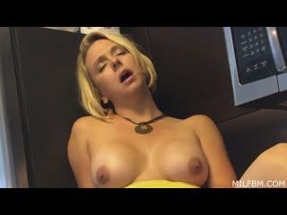 [mom comes first / milfbm] brianna beach (afternoon affair) [blonde, blowjob, mom, pov, milf, порно, инцест, русское, на кухне]