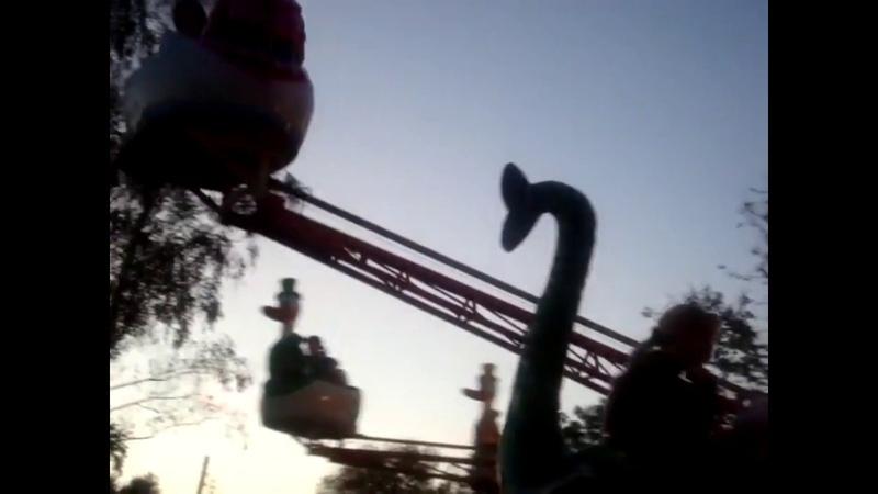 Я с сестрой на каруселях I'm with my sister on the carousel