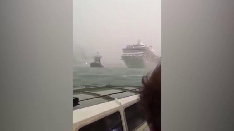 Paura a Venezia la nave da crociera sfiora la banchina le immagini dal vaporetto