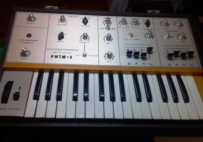 Синтезатор со всеми ручками, чистый и исправный.