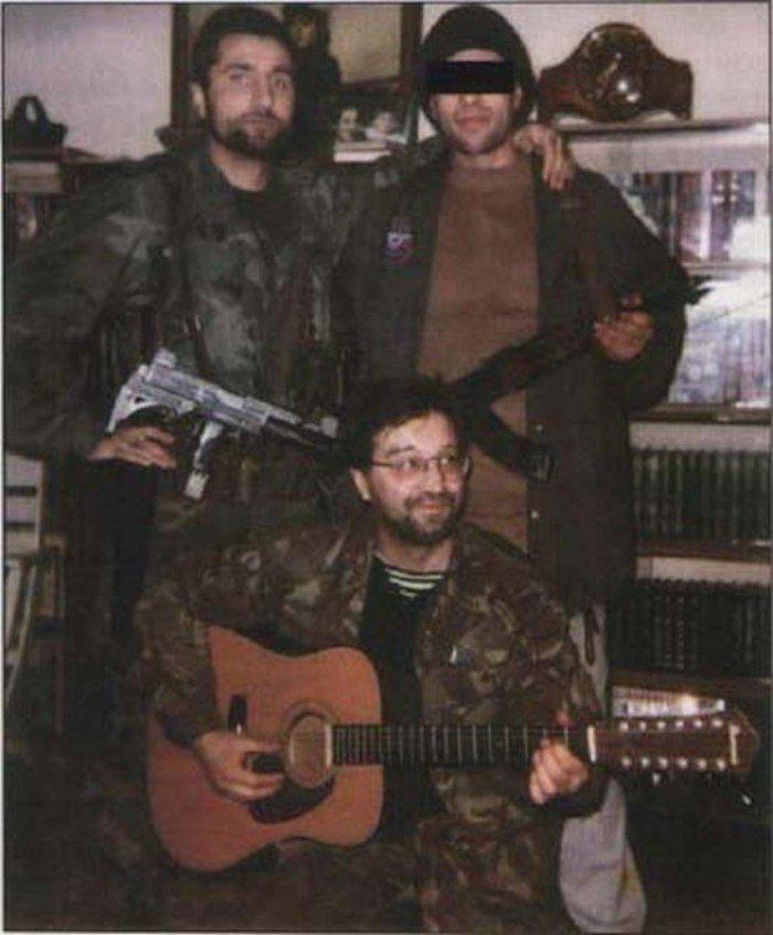 Чеченский Робин Гуд Руслан Лабазанов (слева) крутил песни ДДТ в своем «Мерседесе»