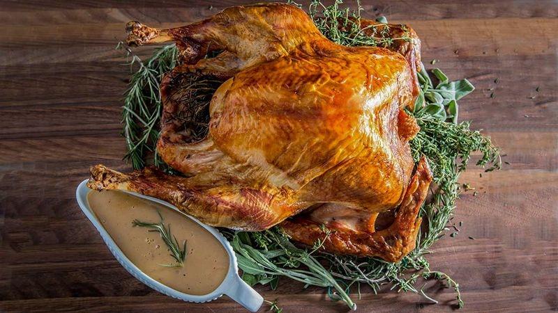 Зачем запекать курицу на хлебе с маслом: рецепт сочной и хрустящей птицы на Новый год и Рождество