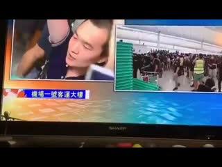 Протестующие в аэропорту Гонконга захватили в заложники журналиста издания GT.