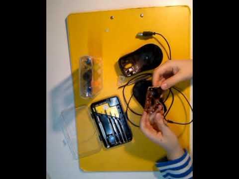 Пытаемся починить сломаную мышку Игорь чинит