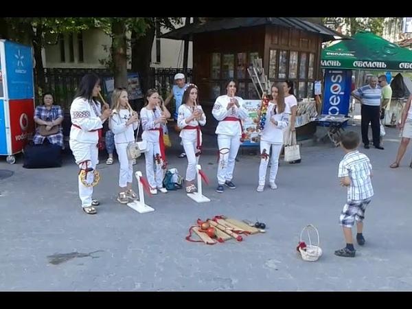 У Трускавці дівчатка грають на сопілках