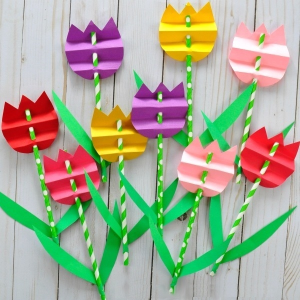 ПОДЕЛКИ НА 8 МАРТА ИЗ БУМАГИ Воспользуйтесь готовым шаблоном (см. прикрепленный к посту pdf-документ), чтобы сделать вот такие красивые тюльпаны из цветной бумаги в подарок маме или бабушке на 8