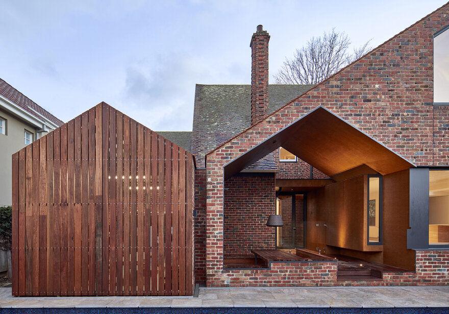 Tudor Revival Residence in Eastern Melbourne / Warc Studio