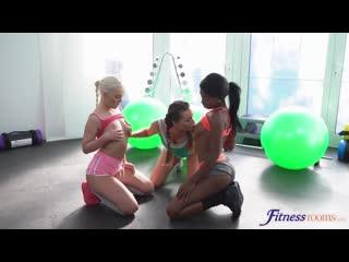 Три фитоняшки вылизывают письки друг у дружки. Порно видео с Boni Brown, Lovita Fate, Victoria Puppy. +18