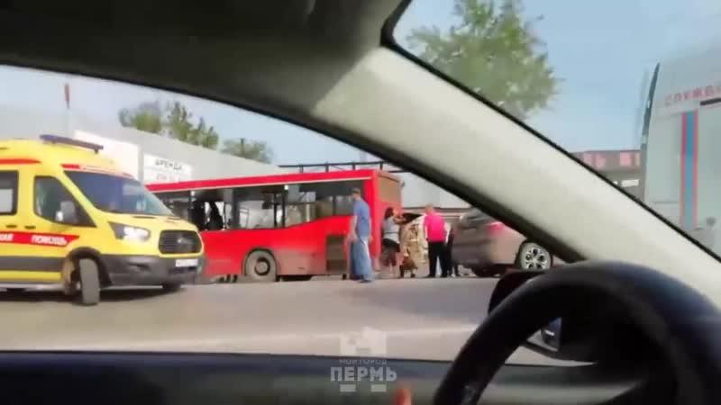 Автобус врезался в стену