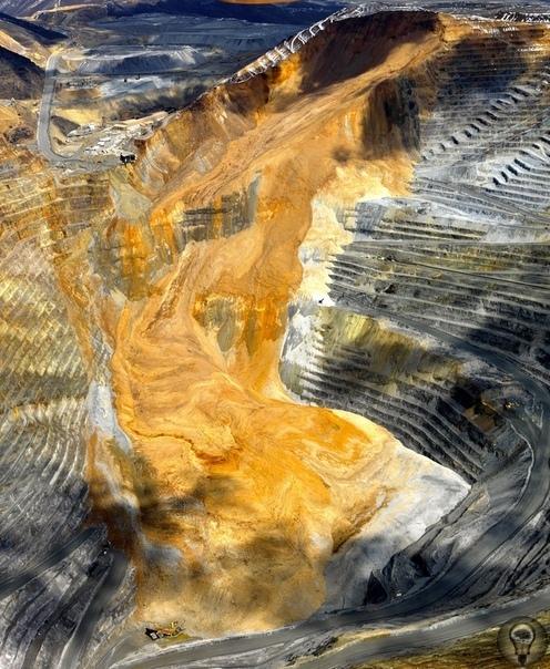 Самый большой и одновременно самый глубокий открытый карьер в мире, находится в американском штате Юта, на юго-западе от Солт-Лейк-Сити Этот гигантский карьер имеет ширину в 4 километра и