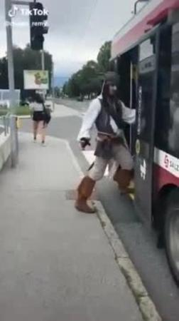 Капитан Джек Воробей в общественном транспорте