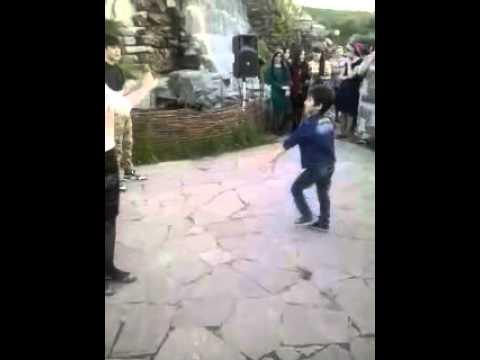 Мальчик хорошо танцует лезгинку
