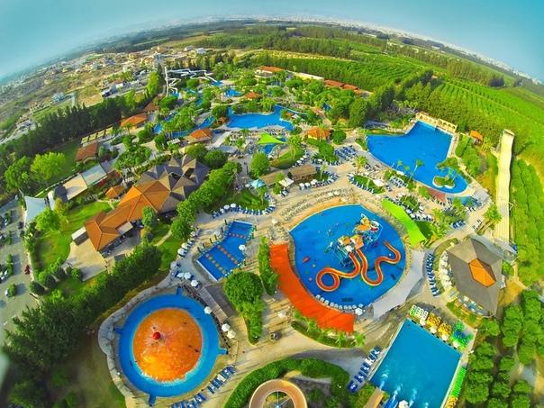 10 самых больших аквапарков в мире. Аквапарки дарят людям невероятную радость и море эмоций в любом возрасте. В них прекрасно можно забыть о серых буднях и отдохнуть от городской суеты в