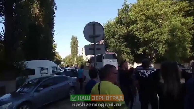 Видео момента перед тем как казаки скрутили людей у военкомата Зернограда