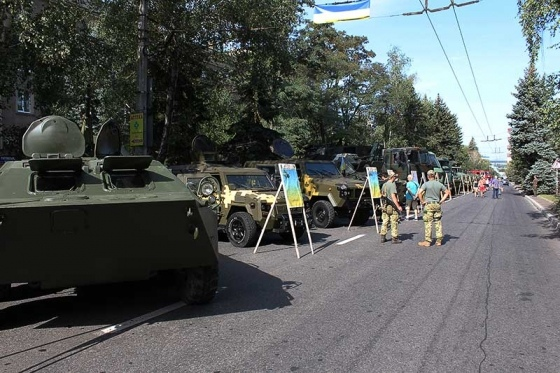 На ул. Дружбы была организована выставка военной техники (фото)