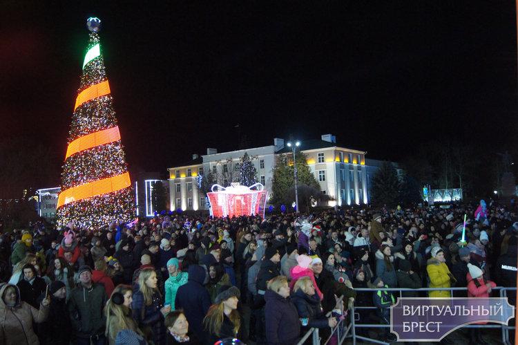 На площади Ленина в Бресте проходит новогодняя дискотека