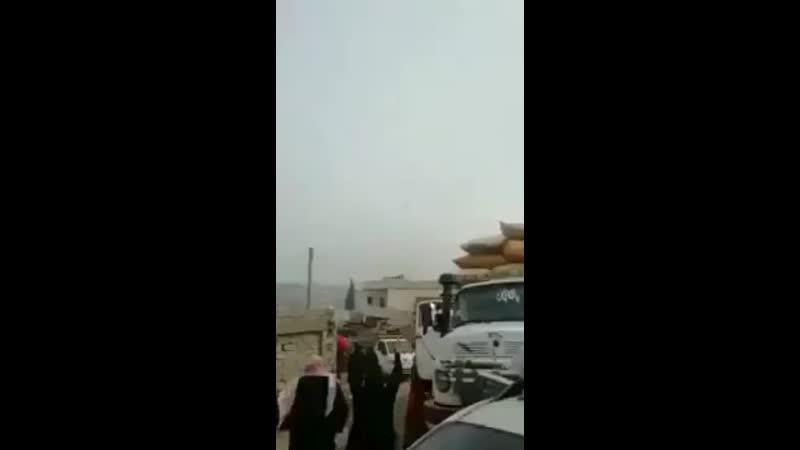 Şii Milisler ve Rusyanın bombardımanı nedeniyle evlerini terk etmek zorunda kalan Halepliler rejim helikopterinin 360p mp4