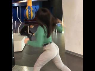 Девушка бьет по силомеру