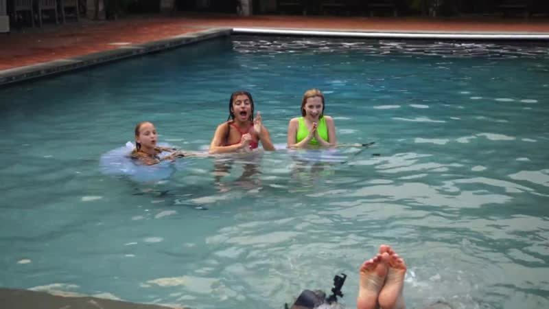 Lilly vs Ellie 24 Hour Underwater Photo Challenge Winner Gets GUCCI Full HD