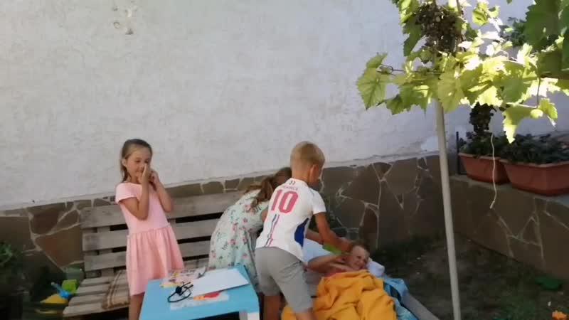 Дети играют в дочки матери и коронавирус