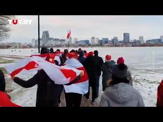 Жители района «Лебяжий» идут колонной днем 27 декабря