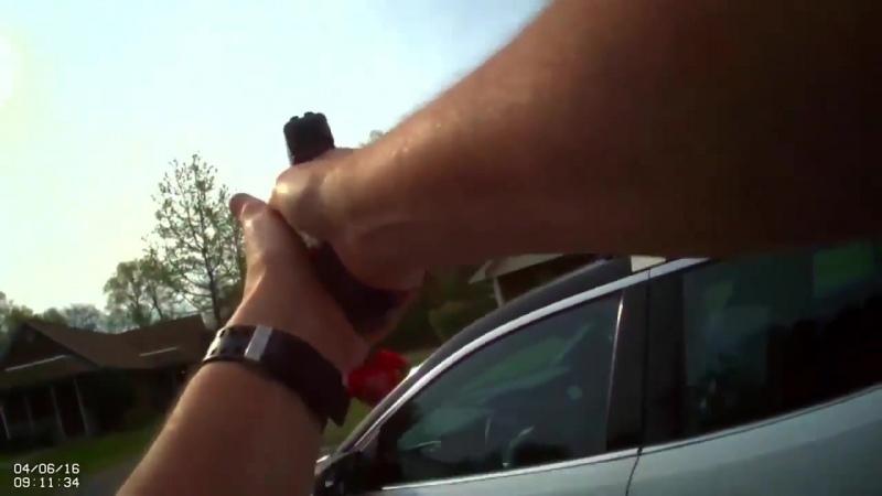 Коп в Америке застрелил женщину напавшую на него с топором 06 04 2016
