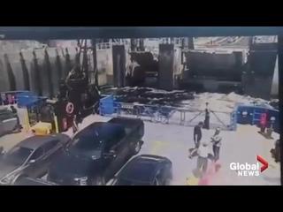 В Канаде мужик попытался долететь на отплывающий паром и ему это удалось, но от полученных травм скончался на месте.