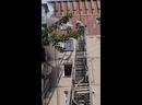 В Горловке на улице Оленина 4. Сильный пожар горит 6,7,8,9 этажи. Работает 4 экипажа МЧС. пострадавших нет