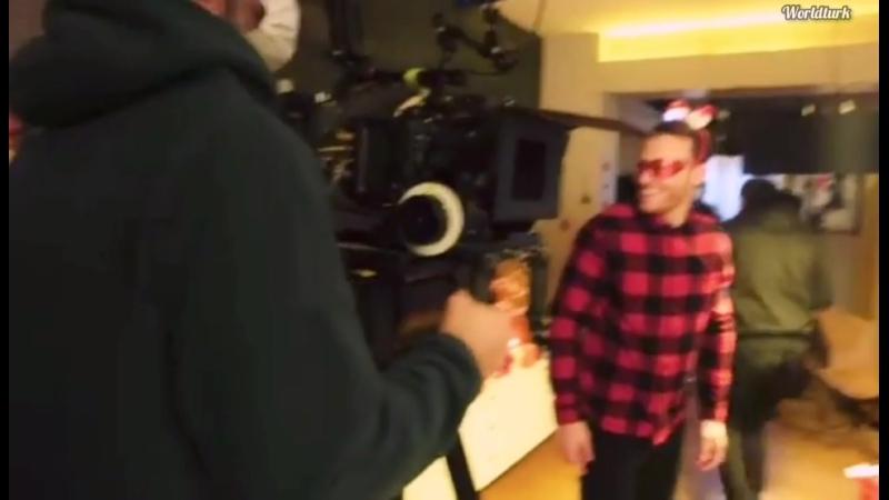 Ханде на съёмках новогодней серии с участием Керема Именно именно