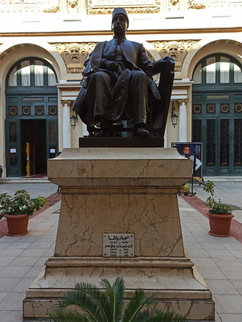 Памятник Нубару-Паше у входа Александрийскую оперу