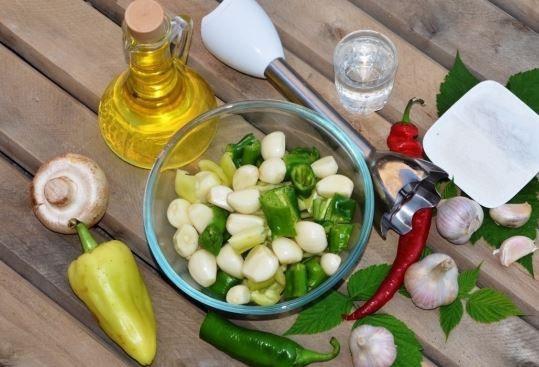 Консервированные шампиньоны в сыром зеленом соусе на зиму Острая необычная закуска из шампиньонов обладает «секретным свойством» в перце и чесноке сохраняются все витамины. Эти овощи не проходят