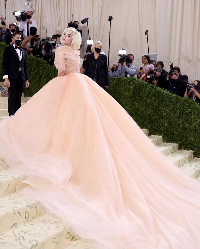 В мире моды. Билли Айлиш вышла на Met Gala в платье Oscar de la Renta при услови...