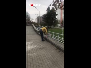Неизвестные в масках под контролем милиции срезают белые и красные ленты в Груше