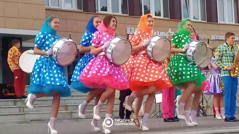 Оркестр играет напротив КСЦ 'Мечта'