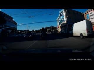 Девушка на мотоцикле угодила под колёса авто в Таганроге на Ленина