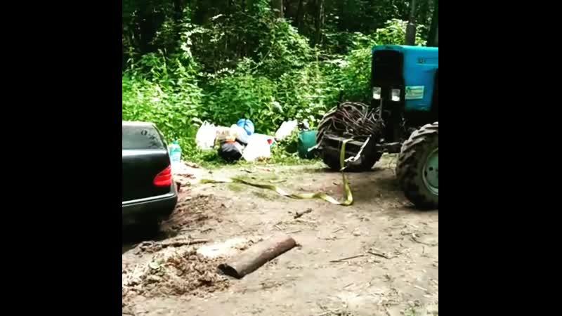 Трактор вытянул мерс на бускир из озера задним ходом