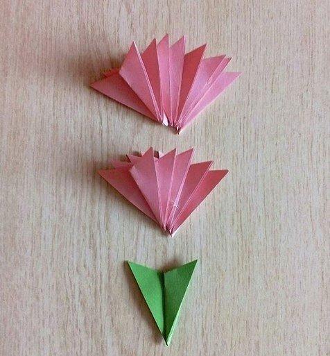 ПОДЕЛКИ КО ДНЮ ПОБЕДЫ Как сделать гвоздику из бумаги. Подробный мастер класс см. на фото. Получаются очень красивые и пышные цветы для поделок или открыток. 1. Понадобятся 13-16 квадратов 5*5см