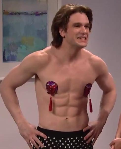 Кит Харингтон станцевал стриптиз в новом выпуске SNL